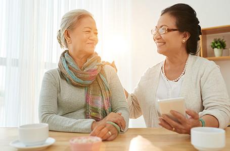 Mujeres hablando mientras toman café