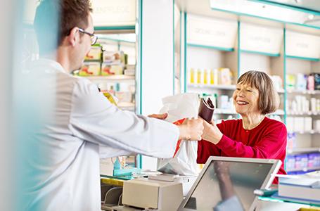 Farmacéutico asistiendo a un cliente